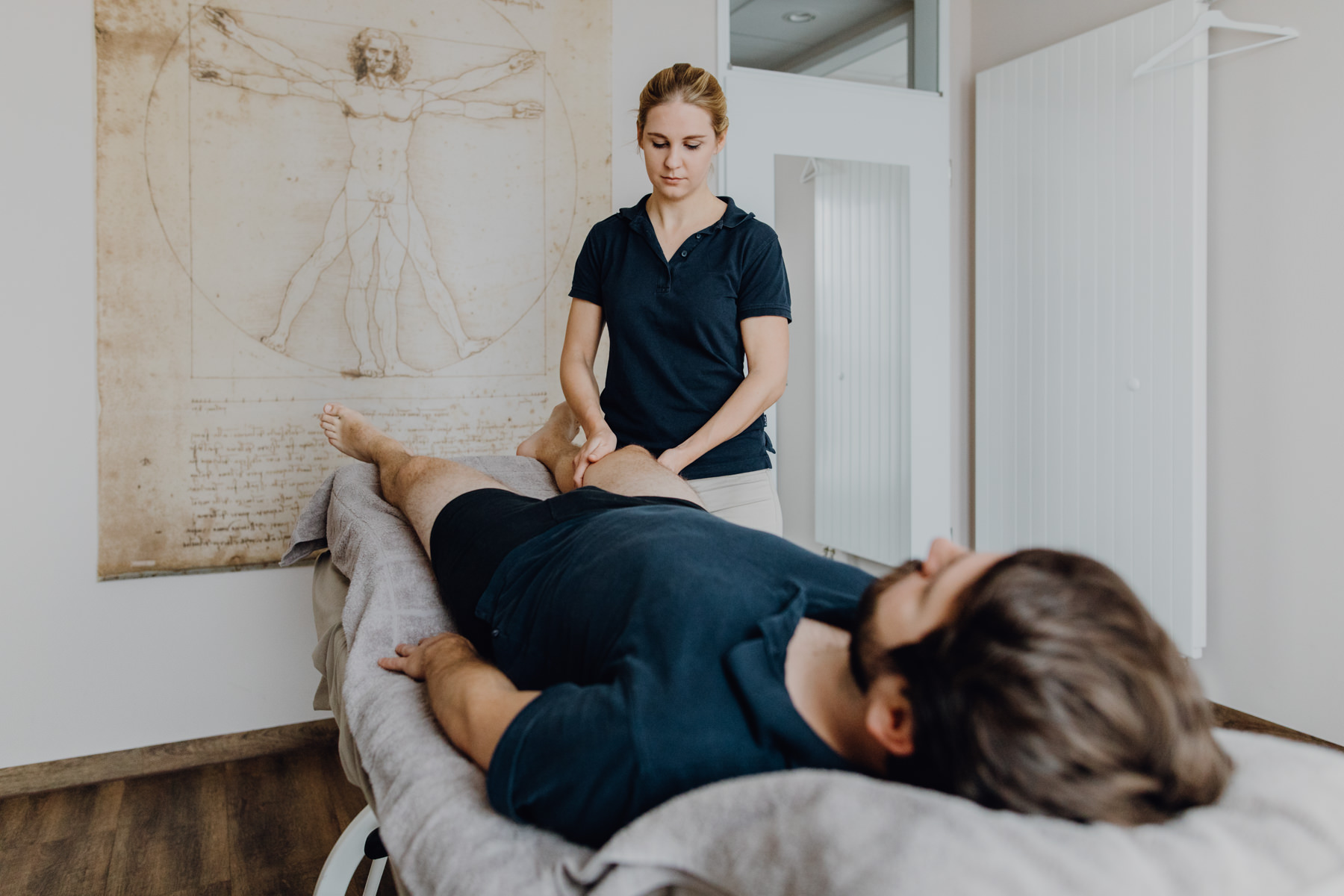 Physiotherapeut behandelt Patient mit Manueller Lymphdrainage